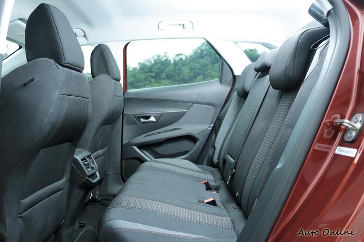 後座空間保有休旅車該有的寬敞表現。