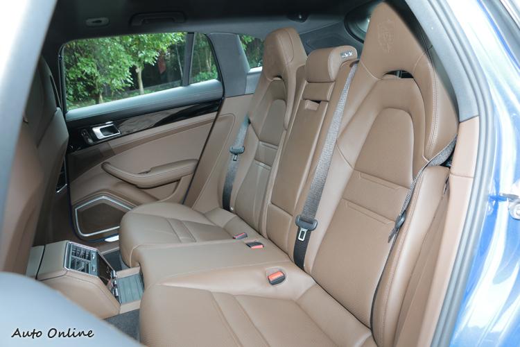 Panamera Sport Turismo特別採用4+1的座椅配置強調它的日常使用特性。