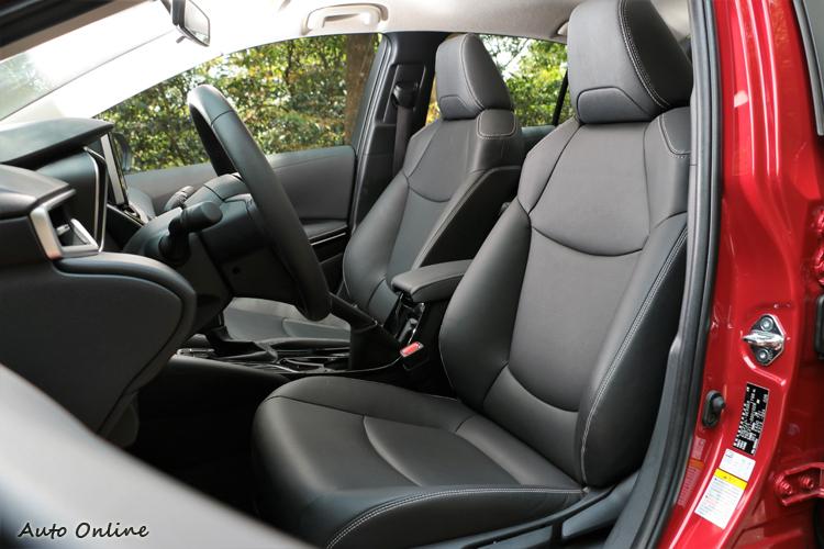 座椅包覆性與軟硬度適中,8向調整能符合各種身形駕駛者。