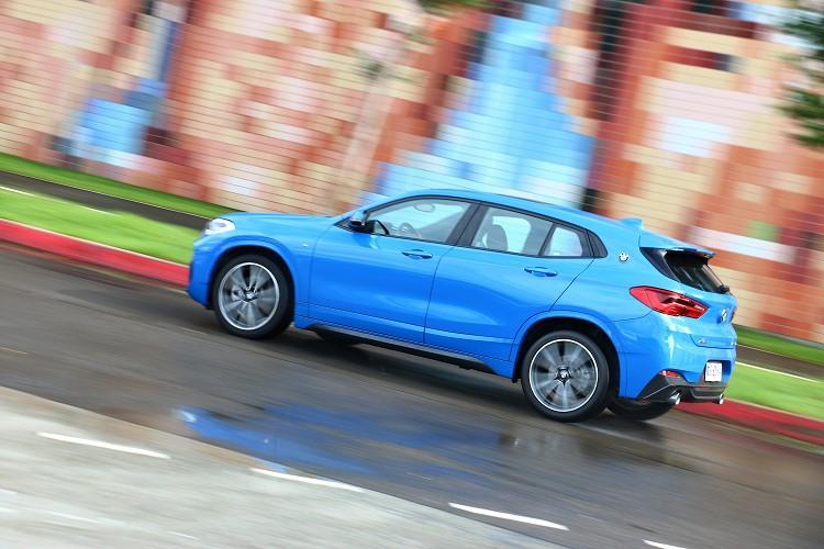 操駕感受上,X2結合近50:50車身平衡比重,表現出精準俐落的操控性,以自駕者來說,深刻感受到如跑車般的優勢。