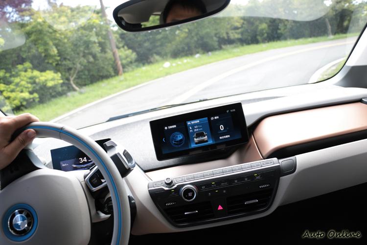 後置式永磁同步馬達帶來後輪驅動的駕馭特性,操控靈活且輕快,樂趣絕對不輸給油車。