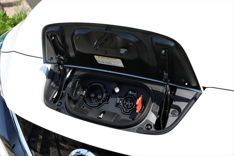 前方充電插孔可分為交流電與直流電兩種,交流電的接頭適用大多數的停車場充電座,直流充電接頭則是Nissan專屬規格。