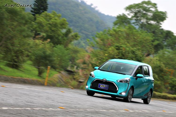 底盤設定偏向舒適,乘坐路感柔順,吸震能力很好,是一輛家庭用車該有的調校。