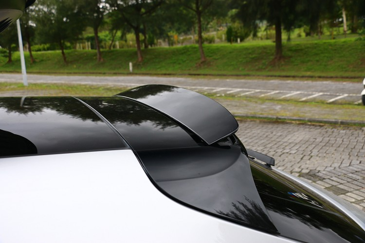 車尾上方的尾翼會隨著車速自動開啟,駕駛者也能從按鍵上獨立控制。