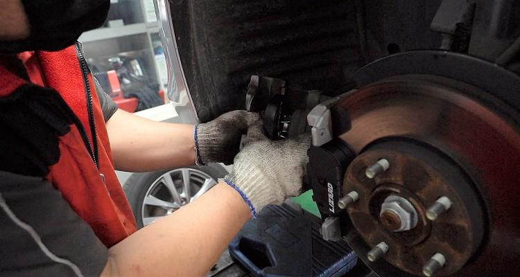 施工店家我們選擇由位於士林的大福輪胎館施工,並且行駛了幾天讓來令片達到最佳磨合後才開始測試。