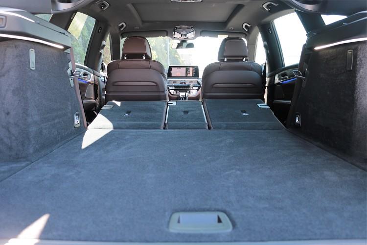 正常狀態容量為610公升,電動釋放的40/20/40後座椅背傾倒後,行李箱空間最多可擴大達1,800公升。