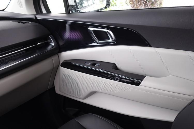 在各種飾板與皮質的搭配下,打造出質感不俗的座艙空間。
