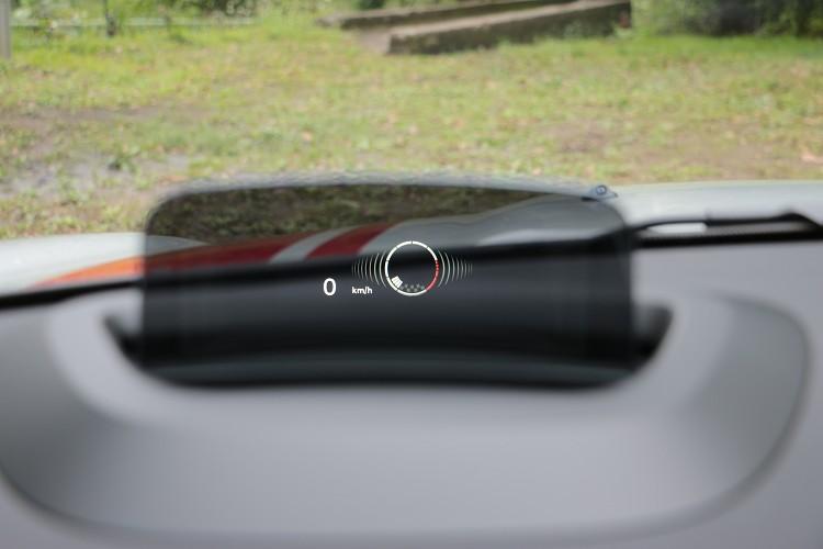 抬頭顯示幕可清楚顯示檔位與轉速,駕駛可精準的進檔或者降檔。