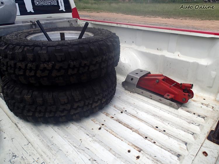 貨斗上需要有兩條備胎以及頂高機,車輛安全檢查會檢查。