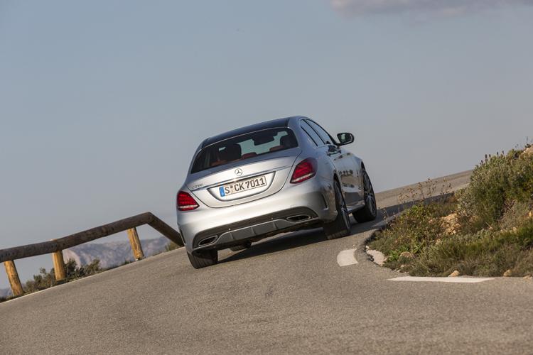 車體輕量化加上鋁合金懸吊與電子避震器,C-Class已可挑戰BMW 3系列的操控性了!