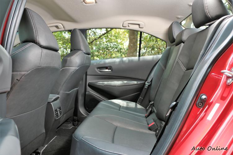後座算不上寬敞卻很夠用,後座出風口大幅提升舒適性。