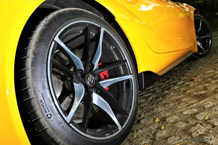 輪胎規格為前255/35R19、後275/35R19的前後搭配。