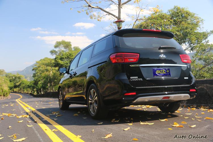 車尾設計四平八穩,但尾燈比例得宜也讓後視觀感穠纖合度。