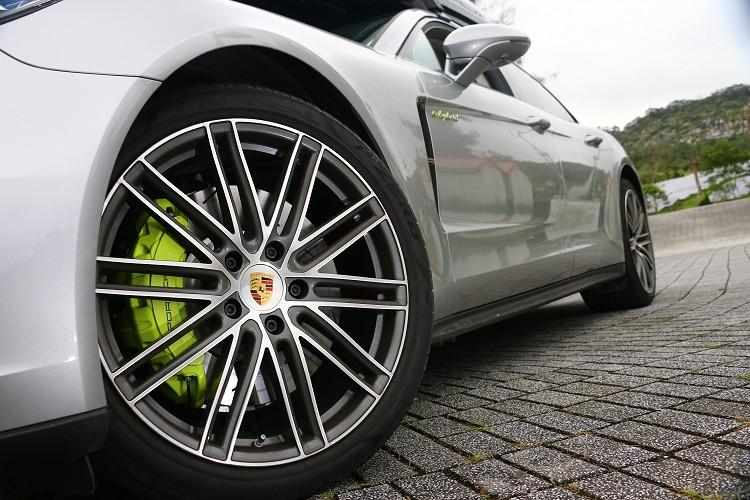 E-Hybrid車型的煞車卡鉗有專屬的螢光黃配色。