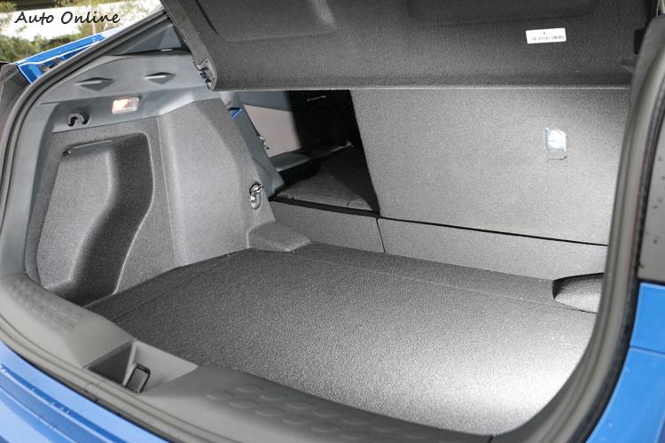 行李廂空間還算夠用,後座椅背有6/4分離傾倒功能。