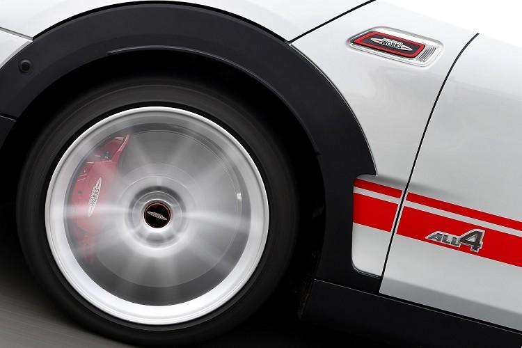 MINI John Cooper Works Clubman&Countryman ALL4加大通風煞車碟盤,並配置前輪對向四活塞Brembo煞車卡鉗、ALL4智慧四輪驅動系統