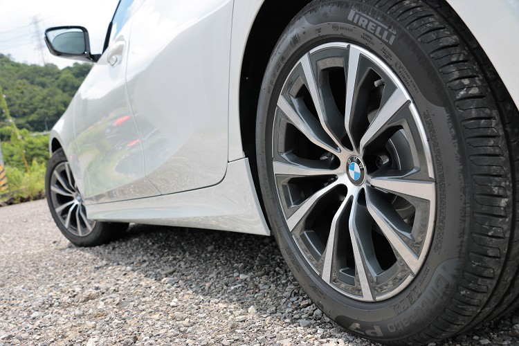 鋁圈規格採用較小尺寸,而且前後都同為225/50R17的倍耐力P7輪胎。