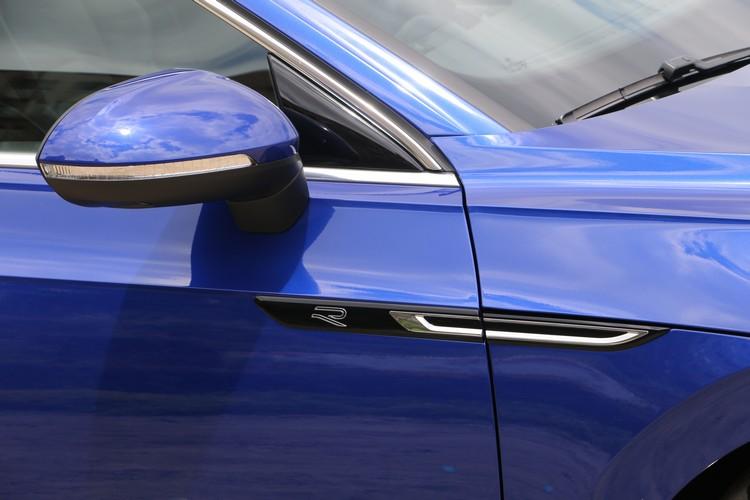 不僅車型流線,線條也講究銳利,車頭和車側還有R-Line專屬的徽飾。