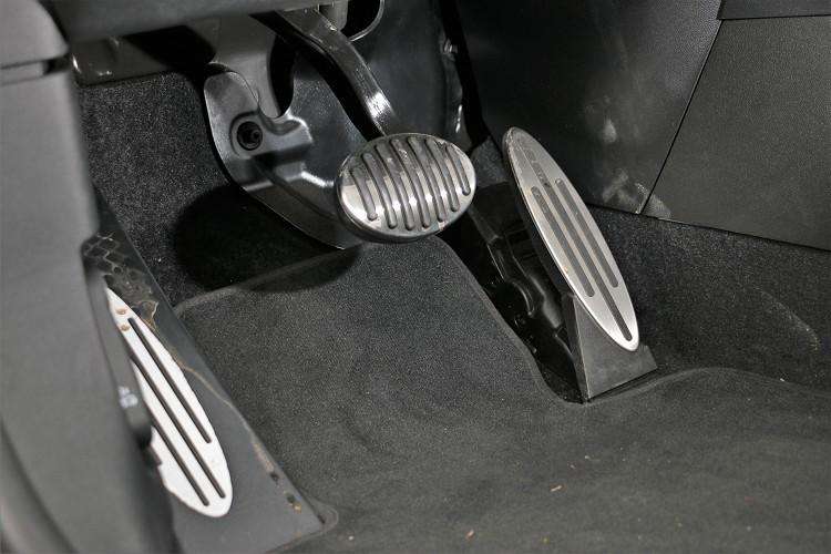 金屬煞車、油門踏板,表面有防滑材質能細膩掌控車速。