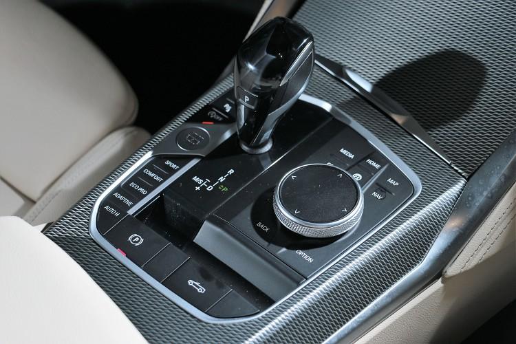 中央鞍座控制介面是全車精髓,開關篷的控制開關就在旋鈕後方。