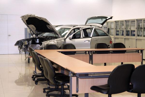 「車身電系系統教室」用來培訓專業車輛電系技師,讓學員以實作方式組裝車輛。