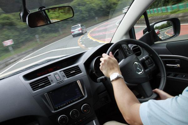 有時因為左右駕國家不同習慣造成誤闖逆向車道,有了這套系統,就能降低開錯車道造成的危險。