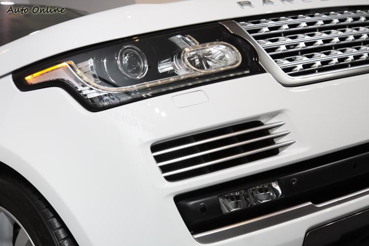 頭燈組的飛翼造型,以及橢圓LED導光條,都是新車的辨識特徵。