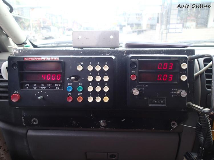 我們車上安裝兩台拉力電腦,右邊為主要使用,左邊為輔助用。