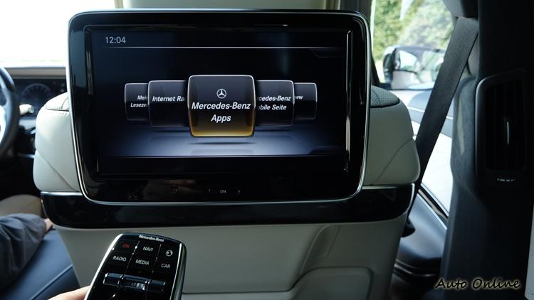 談到豪華,後座老闆擁有10吋螢幕以及神奇遙控器,可控制全車所有的多媒體顯示。