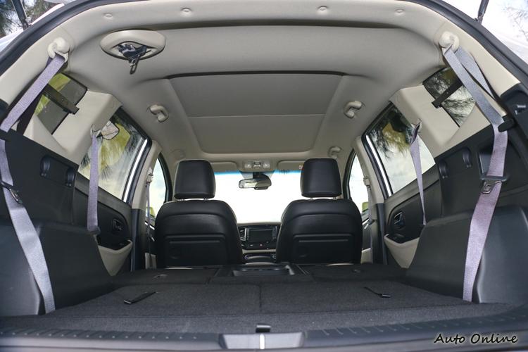 Carens除了標配全景天窗,擴充載物空間時也不需要將椅背摺起,不過客貨車的身份讓它必須裝上車窗鐵架。