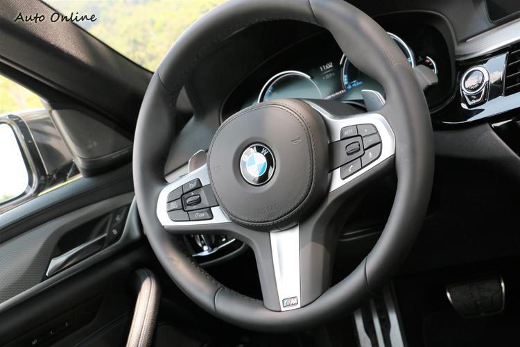 M款多功能真皮方向盤握感相當好,兩邊換檔撥片在激烈駕駛時相當就手。