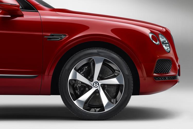 Brntayga V8配裝BENTLEY品牌史上尺寸最大、性能最強勁的煞車系統,而這也是目前全球量產車型上最大的前煞車系統。