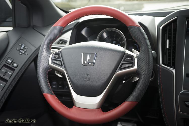 握感不錯的方向盤,提供聲控、定速、音量等控制功能。