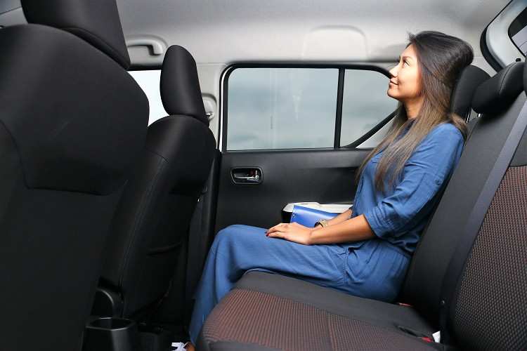 軸距來到2435mm的IGNIS,後座空間比預期中寬敞,載送小朋友放置安全座椅或者坐滿四位出遊非常舒適。