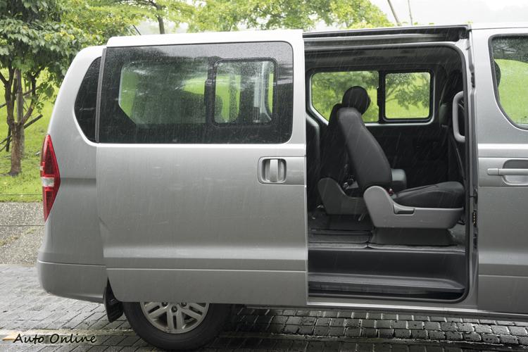 左右雙手動側滑門方面在狹小停車空間中進出。