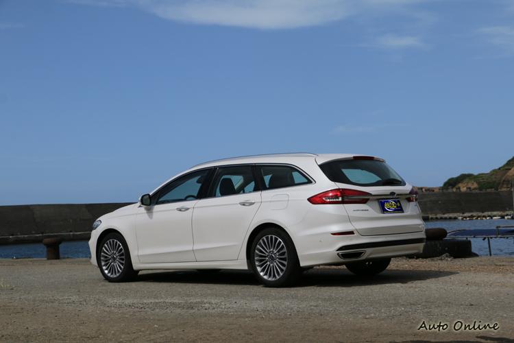 車尾改變的幅度不大,其中C字形尾燈為最大特色。