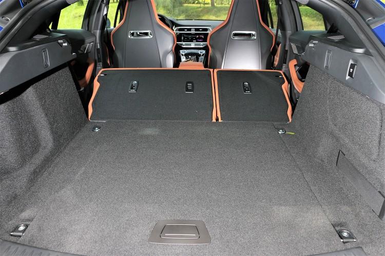 平坦化的底板設計方便裝卸物品,若將第二排座椅摺疊後則可進一步擴增至 1453 公升。
