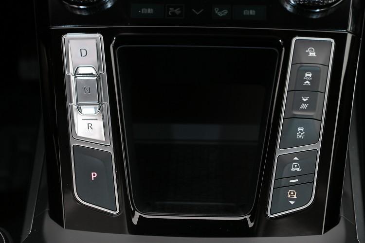 中央鞍座的控制介面都用按鍵操作方式。