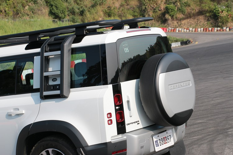 車尾的委們採側開式,避免備胎裝置導致重量過重不易關上,原廠標準配備電吸門。