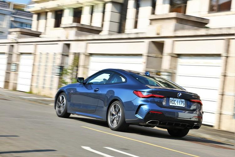 相較於3系列四門房車,車高及車身重心同時分別降低57mm及21mm,結合角度更大的前輪負外傾角與加寬23mm的後輪距設定。