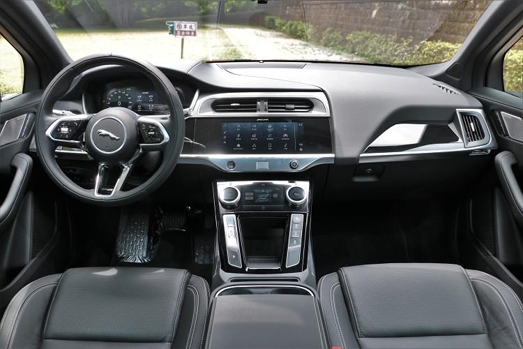I-Pace更改為單一車型後,EV400 S針對安全配備、車內配備、舒適配備和資訊娛樂系統進行調整。