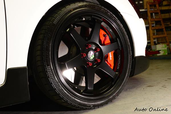 國產鋁圈搭配245/45R19的輪胎尺寸,筆者比較擔心會不會有重拖的後遺症。