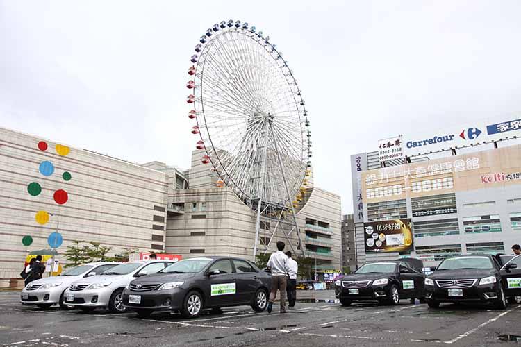 提供試乘用的車輛停放在大直美麗華,三種不同輪胎即將進行抓對廝殺。