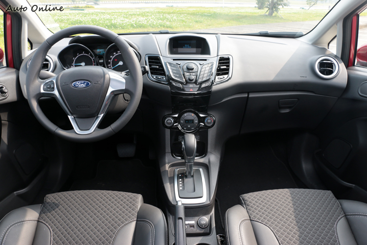 Fiesta內裝配備是三輛車中最豐富的。
