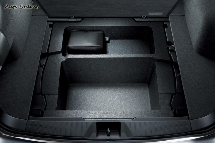 行李廂地板下還有隱藏的置物空間。