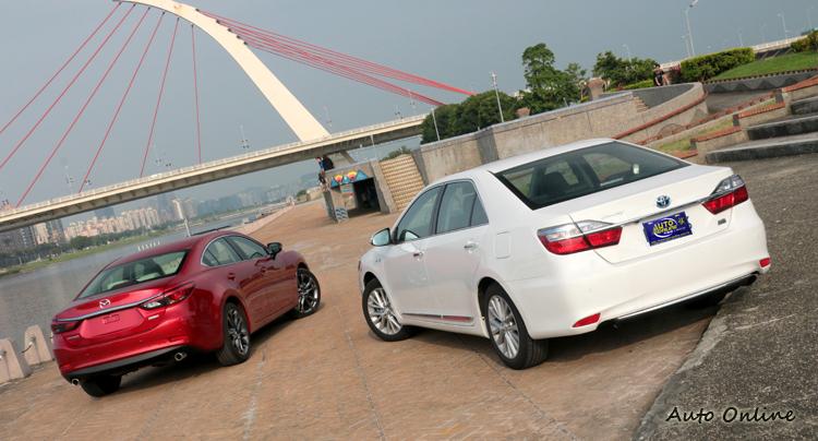 混合動力可以搭配汽油或者柴油引擎加上電動馬達,Toyota Camry Hybrid選擇汽油引擎作為動力來源。