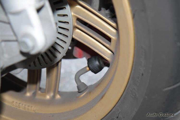 裝載傳感器時,要特別注意氣嘴的方向,避免裝載後影響輪胎的轉動。