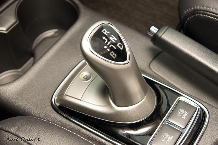 排檔桿上的B檔可提供較大的引擎煞車,透過方向盤上撥片調整阻力大小。