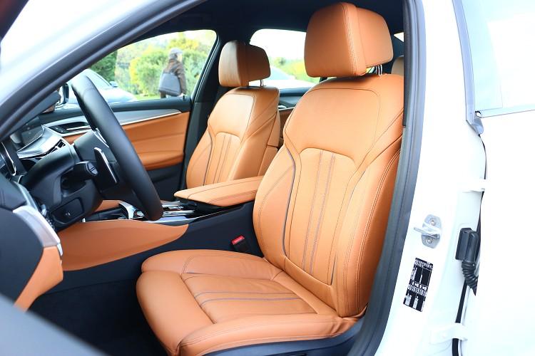 車內提供多款顏色與材質座椅讓消費者選擇。