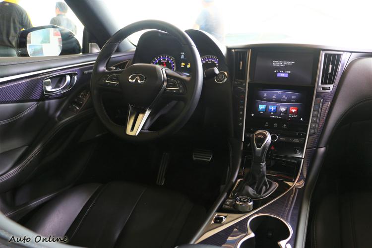 車內配置大致與Q50相同,中控台造型、按鍵配置有著相同樣貌與位置。